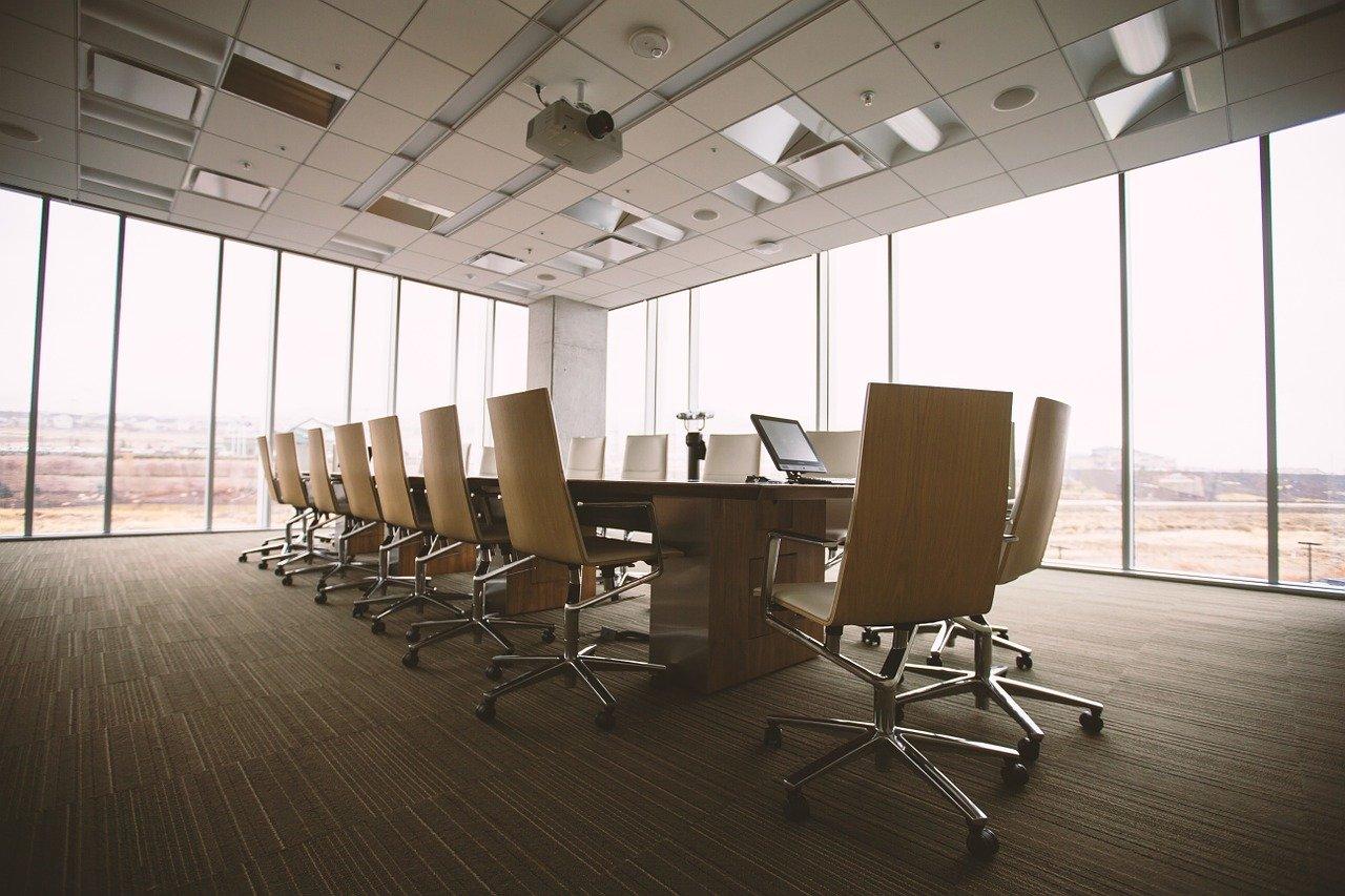 sala de reunioes com cadeiras