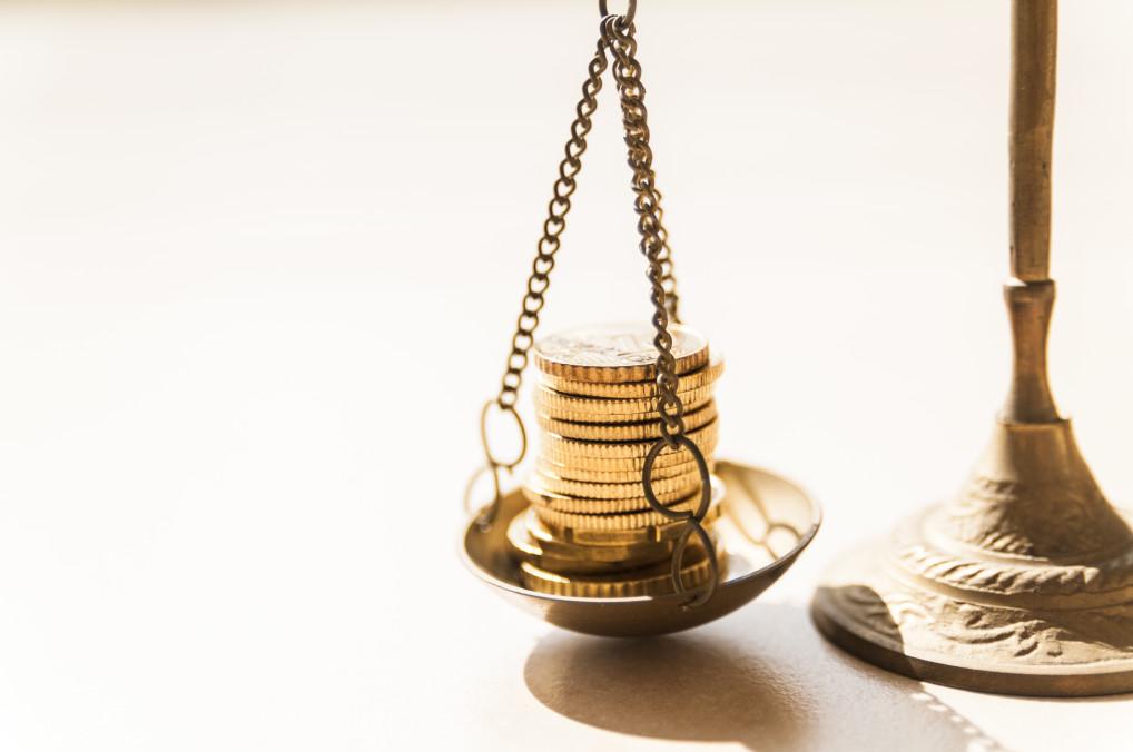 equiparação salarial - balança com moedas