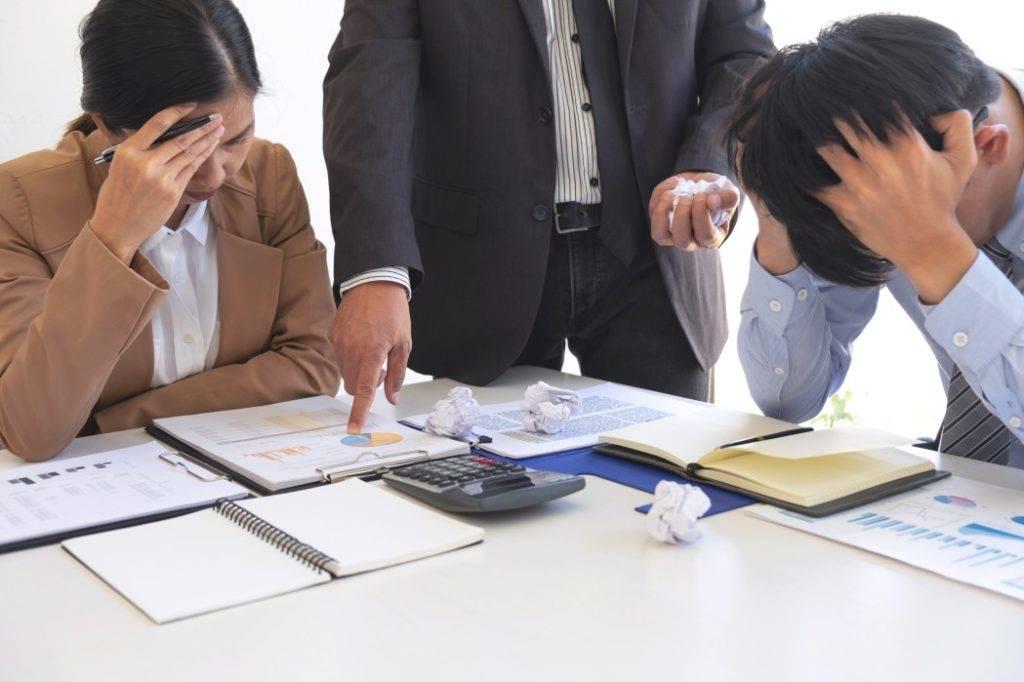 assédio moral no trabalho - dois funcionários sofrendo assédio moral