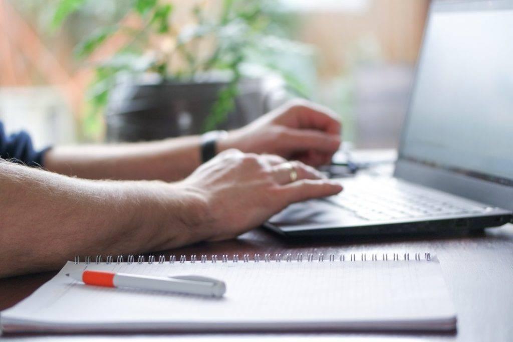 trabalhar sem carteira assinada - homem usando um notebook