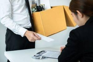demissão por justa causa direitos - homem segurando uma caixa